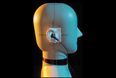 Mannequin simulateur de tête muni d'oreilles artificielles